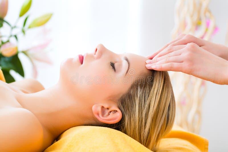 Wellness - kvinna som får den head massagen i Spa royaltyfria foton
