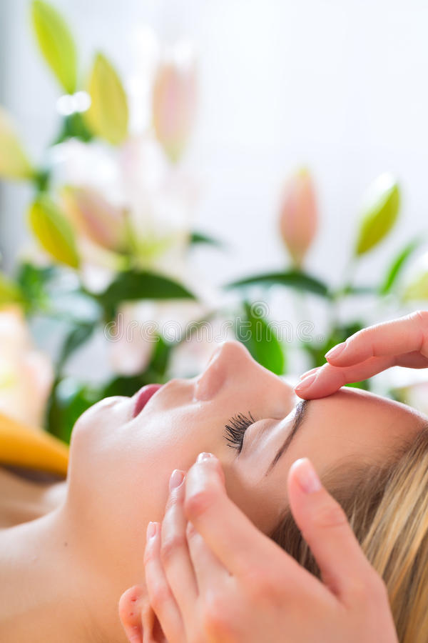 Wellness - kvinna som får den head massagen i Spa royaltyfri foto