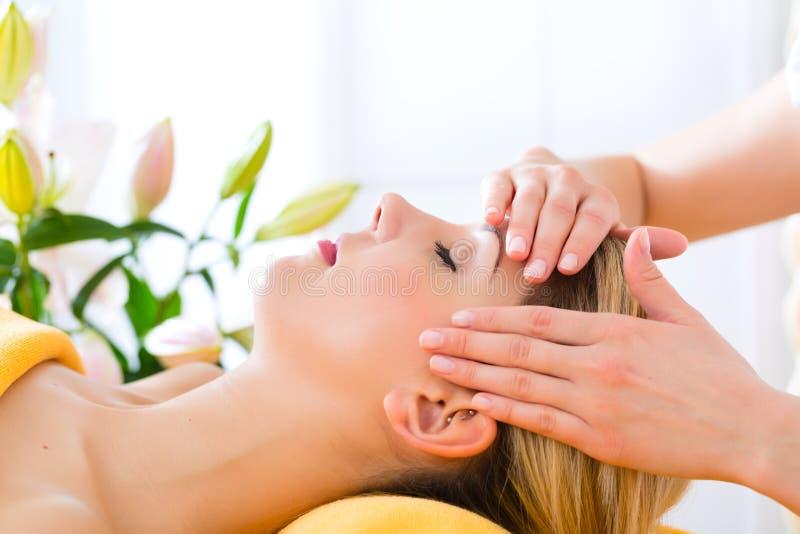 Wellness - kvinna som får den head massagen i Spa arkivbild