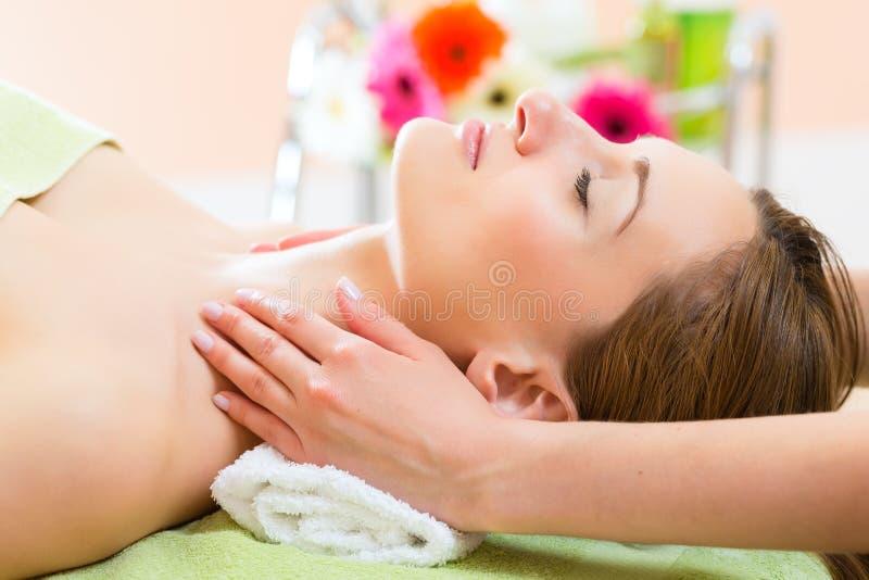 Wellness - kvinna som får den head massagen i Spa royaltyfria bilder