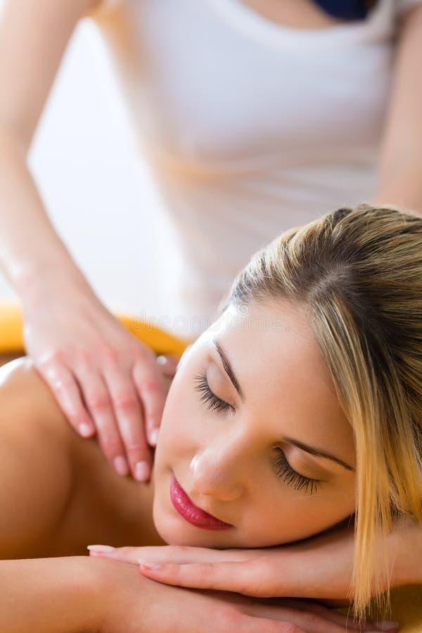 Wellness - kvinna som får kroppmassage i Spa arkivfoton