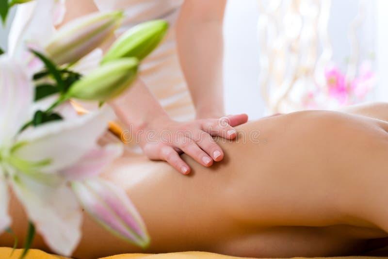 Wellness - kvinna som får kroppmassage i Spa arkivbild