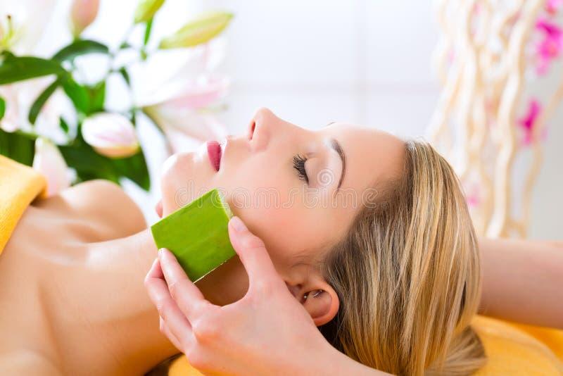 Wellness - kvinna som har den aloevera applikationen royaltyfri foto