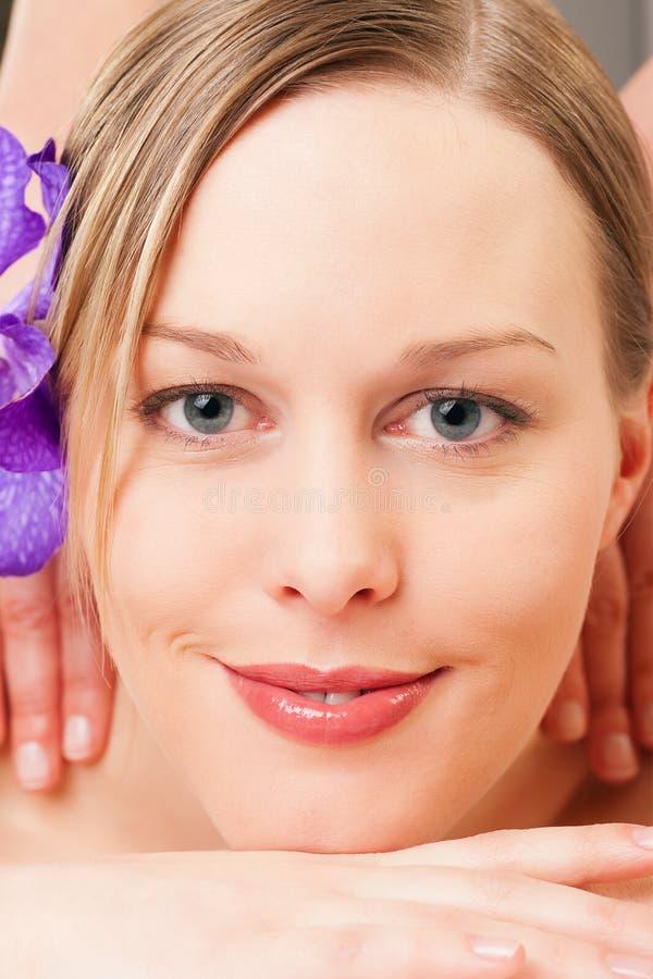 Wellness-Mädchen, das Massage im Badekurort hat stockbild