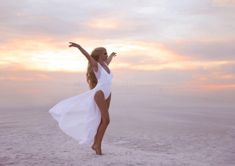 wellness Mulher livre bonita da confiança no enjo branco do roupa de banho foto de stock