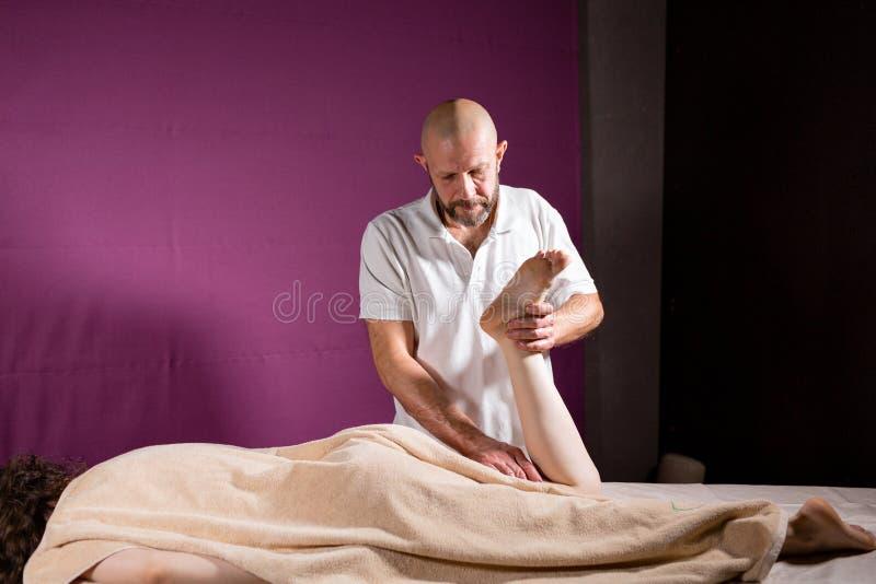 Wellness nożny masaż Zamyka up osteopath robi manipulacyjnemu masażowi Mężczyzna wręcza masowanie kobiety Zdroju centre pojęcie fotografia royalty free