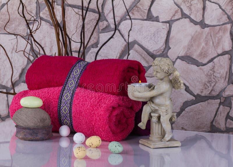 Wellness-Ostern-Stillleben mit roten touwels, Eiern und Engel cand lizenzfreies stockbild