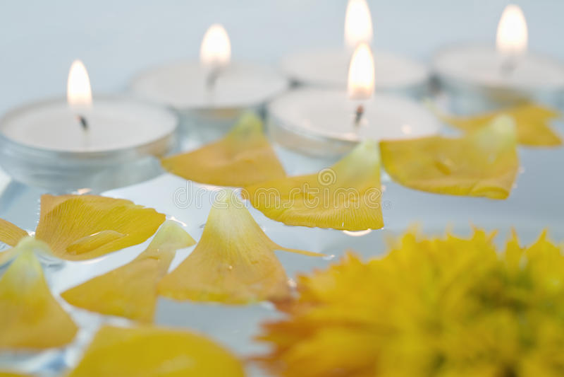 Wellness und Badekurort: Blumen, Kiesel, Wasser lizenzfreie stockfotos