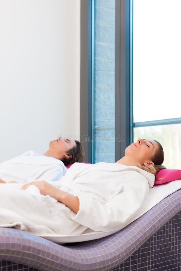 Wellness - uomo e donna che si distendono dopo la sauna immagine stock libera da diritti
