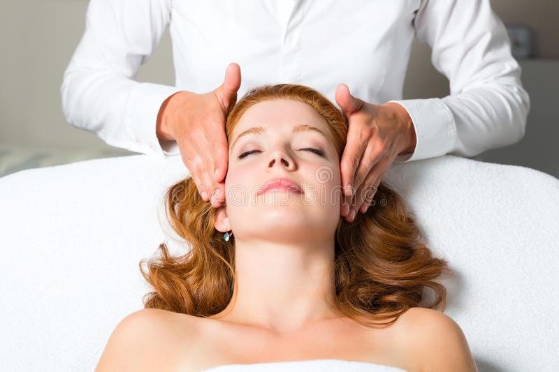 Wellness - vrouw die hoofdmassage in Kuuroord krijgen royalty-vrije stock afbeelding