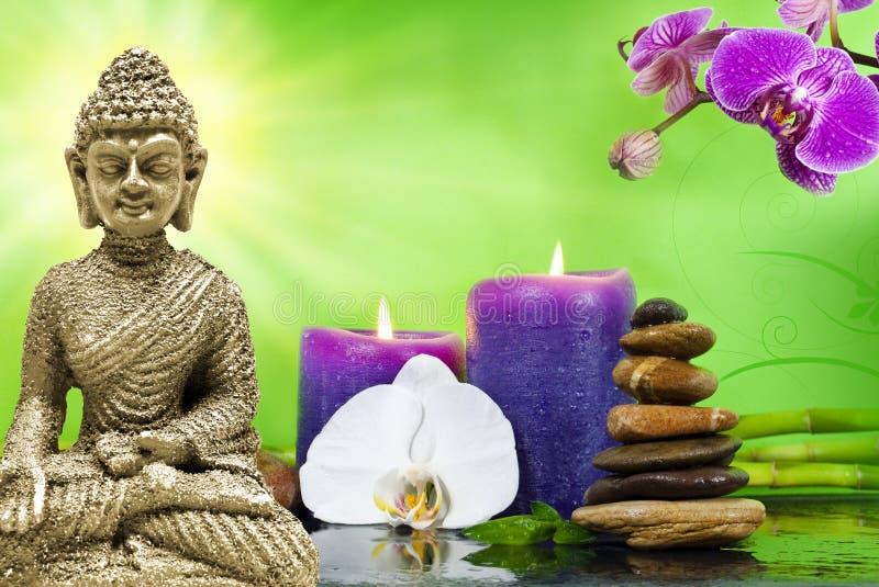 Wellness zdrój z kwiatami, wodą i świeczkami, obrazy royalty free