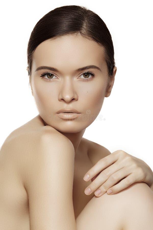 Wellness, zdrój & zdrowie. Delikatny model z czystą miękką skórą & naturalnym makijażem zdjęcia royalty free