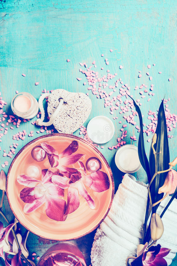 Wellnesseinstellung mit Orchidee blüht das Schwimmen in Schüssel Wasser- und Badekurortwerkzeuge auf schäbigem schickem Hintergru stockfotografie