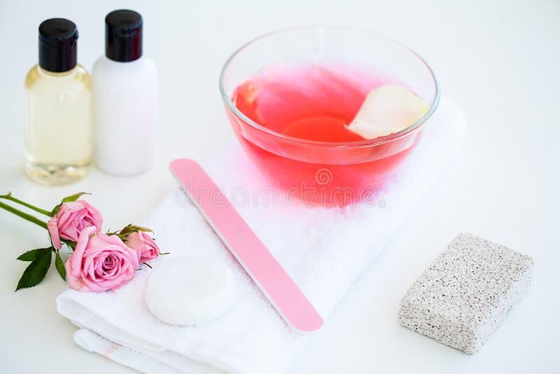 Wellnessprodukte und -kosmetik Badekurortstillleben mit Blüten von stockfoto