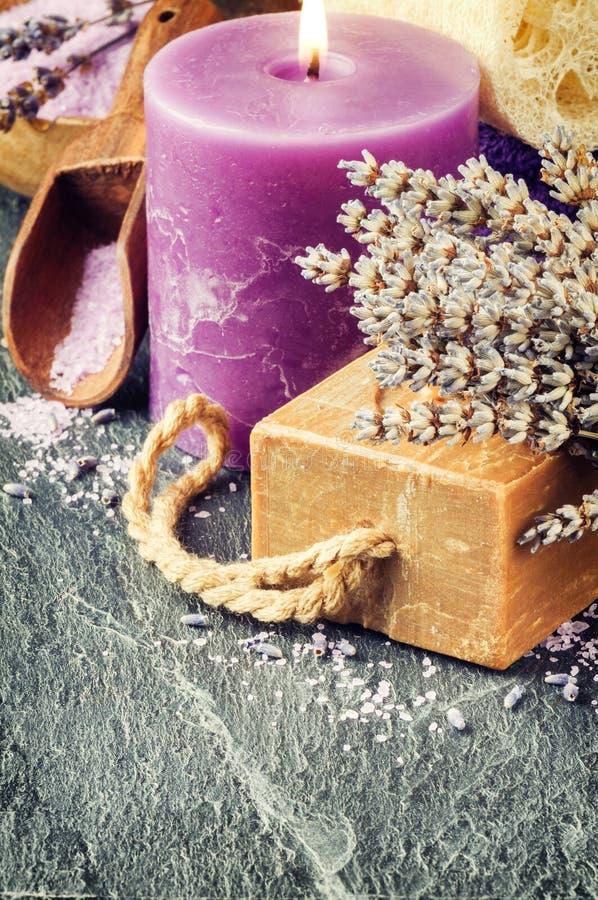 Wellnesstema med lavendelprodukter arkivfoto