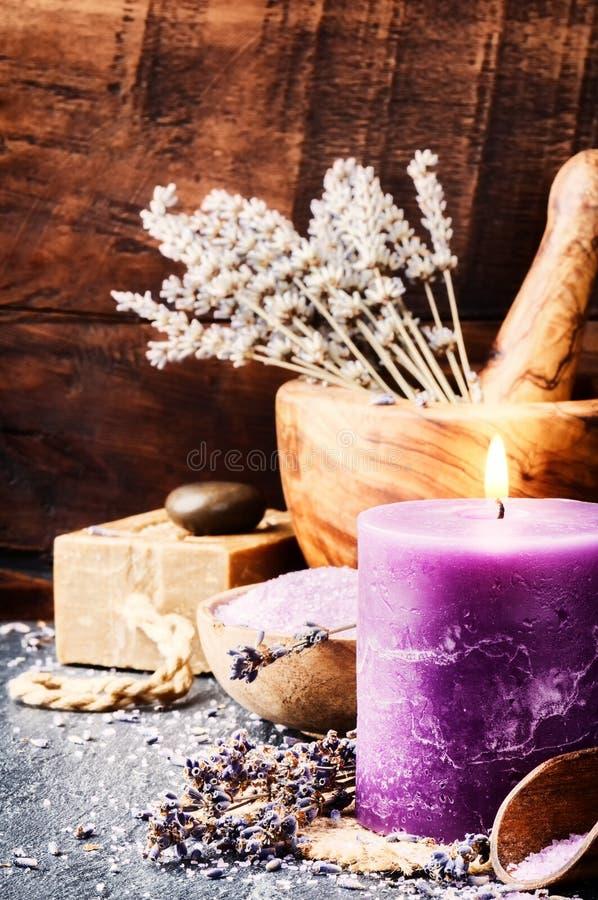 Wellnesstema med lavendelprodukter arkivfoton