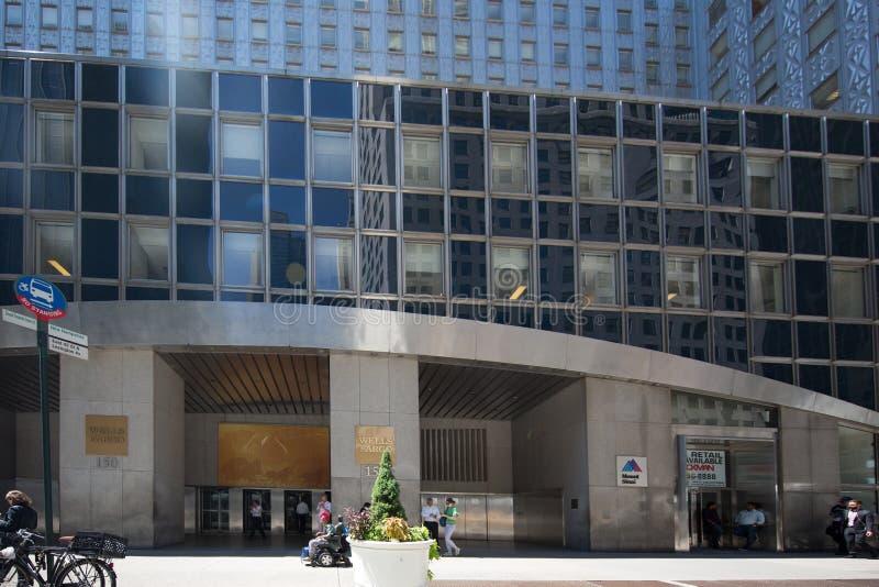 Wells Fargo Bank противостоит, дорога улицы Нью-Йорка в Манхаттане стоковые фотографии rf