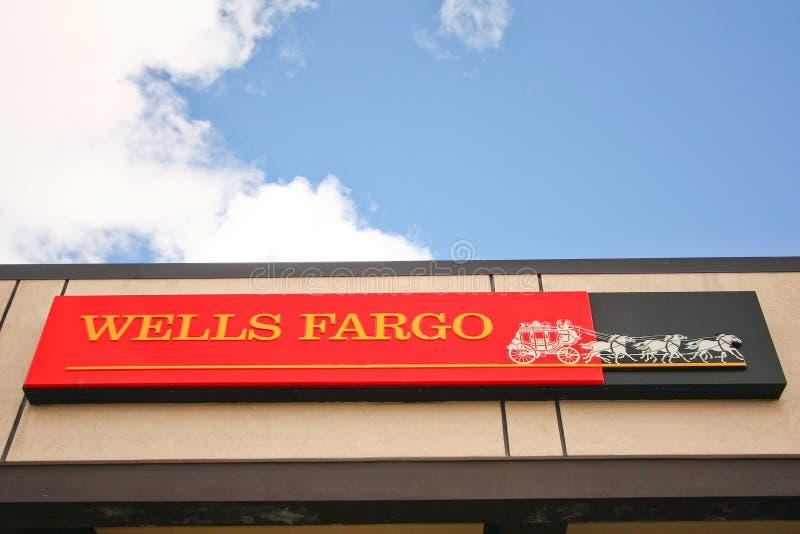 Wells Fargo Bank assina e edifício fotos de stock