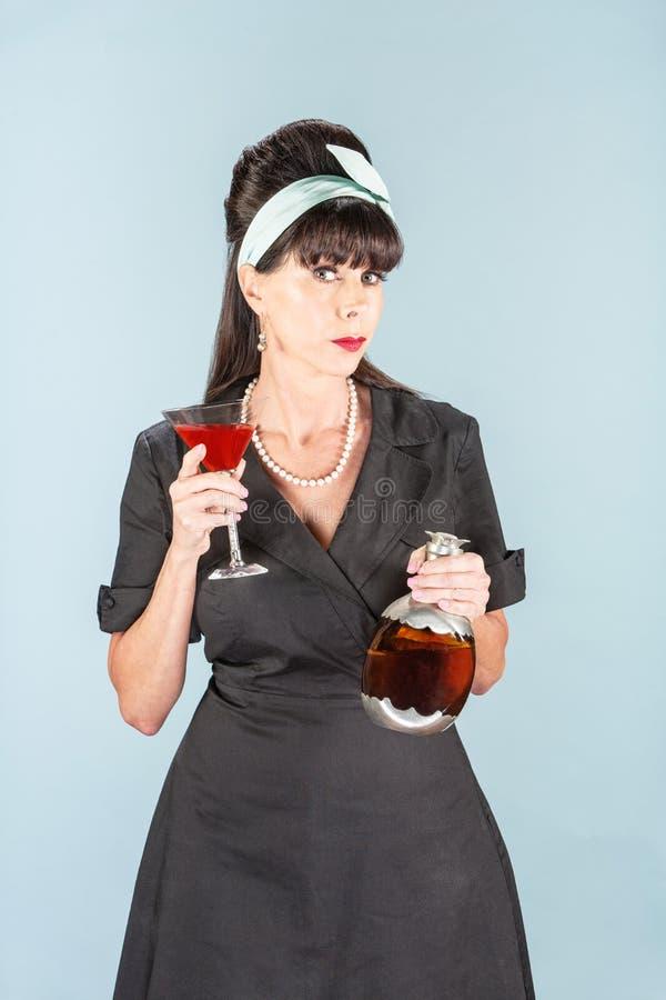 Wellustige Retro Vrouw in Zwarte Kleding met Kosmopolitisch stock afbeelding