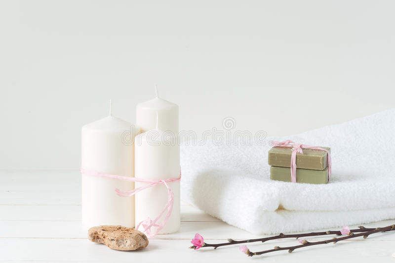 Welness-Produkte auf hellem hölzernem Hintergrund lizenzfreies stockbild