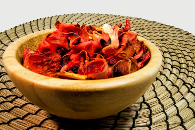 Welriekend mengsel van gedroogde bloemen en kruiden van droge bloemen in een houten kom Voor aromatherapy en welnessconcept stock foto's