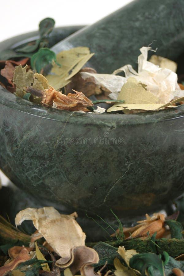Welriekend mengsel van gedroogde bloemen en kruiden met Stamper en Mortier stock afbeeldingen