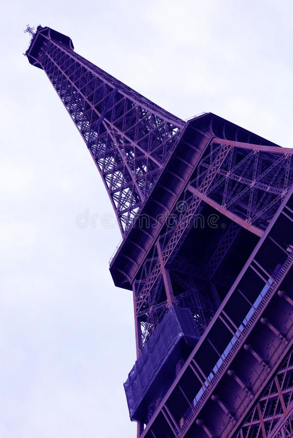 Welt der meiste berühmte Markstein Eiffelturm unter purpurrotem UV-Licht in Paris Frankreich während des Sonnenaufgangs keine Leu stockfoto