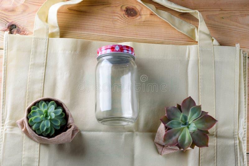 Welt frei vom Plastik Gr?ne Produkte - Tasche gemacht vom Bambus oder von der Wiederverwendung, saftig und Glasgef?? auf Naturhol stockfotos