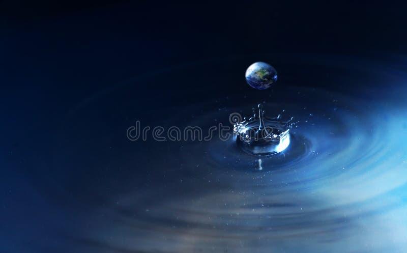Welt im Wassertropfen lizenzfreies stockbild