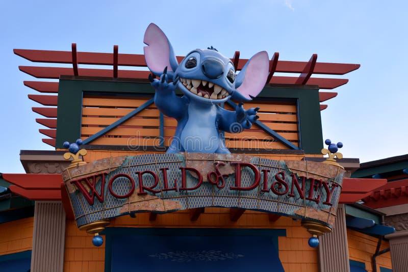 Welt von Disney - Maus spuckt auf Leuten lizenzfreies stockbild