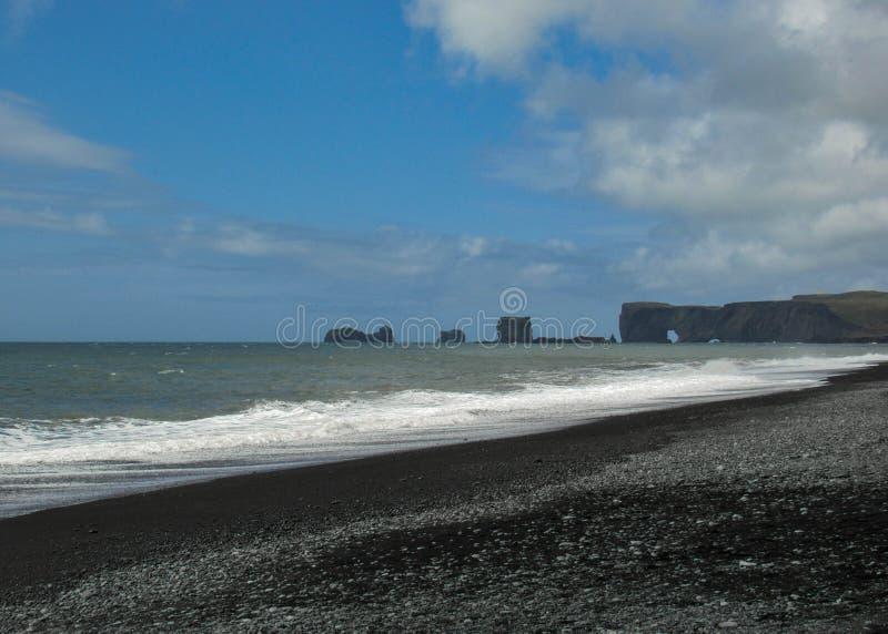 Weltberühmter Schwarzsandstrand Reynisfjara auf der Südküste von Island, Europa stockbild
