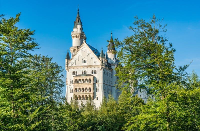 Weltberühmtes Neuschwanstein-Schloss an einem sonnigen Tag, Fussen, Bayern, Deutschland stockfotografie