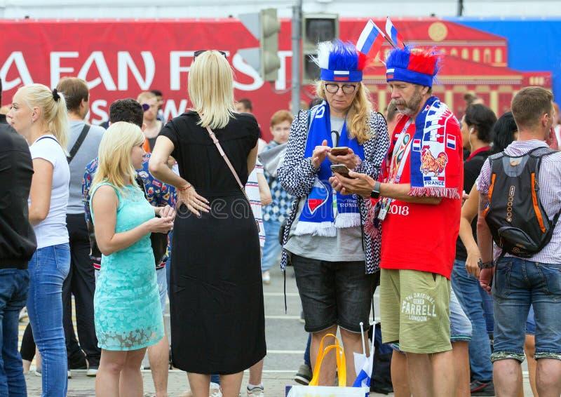 Weltcup 2018 Moskau FIFA 2018 Gefühle von Fußballfanen auf Moskau-Straßen Franzosen lockern auf lizenzfreie stockfotos
