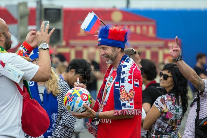Weltcup 2018 Moskau FIFA 2018 Gefühle von Fußballfanen auf Moskau-Straßen Franzosen lockern auf lizenzfreie stockfotografie