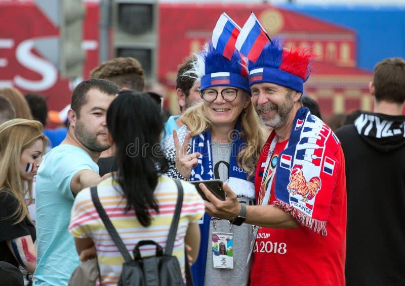 Weltcup 2018 Moskau FIFA 2018 Gefühle von Fußballfanen auf Moskau-Straßen Franzosen lockern auf stockfotos