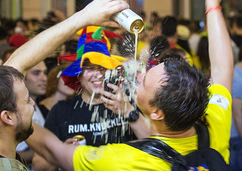 Weltcup 2018 Moskau FIFA 2018 Gefühle von Fußballfanen auf Moskau-Straßen Lustige Männer, die Bier trinken stockfoto