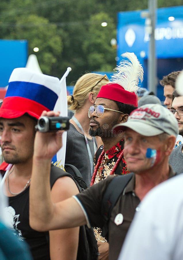 Weltcup 2018 Moskau FIFA 2018 Gefühle von Fußballfanen auf Moskau-Straßen Männer in den netten Hüten lizenzfreie stockfotos