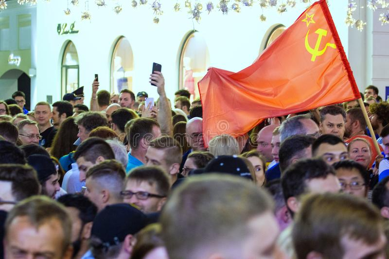 Weltcup 2018 Moskau FIFA 2018 Gefühle von Fußballfanen auf Moskau-Straßen Sowjetische Flagge über der Menge von Leuten stockfotografie