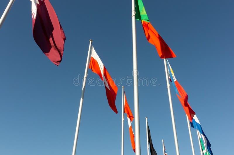 Weltflaggen-Anzeigen-Ansicht von unterhalb lizenzfreie stockfotografie