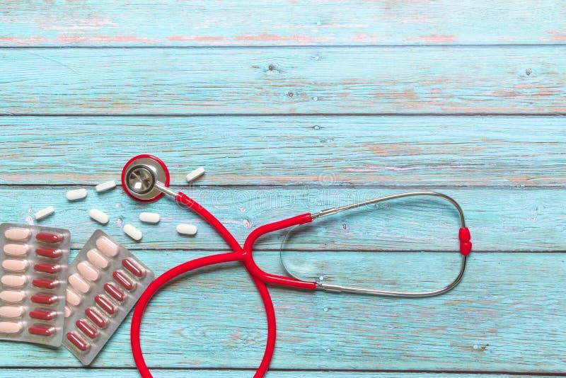 Weltgesundheitstagesgesundheitswesen und rotes Stethoskop und Medizin des medizinischen Konzeptes auf dem blauen hölzernen Hinter stockfoto