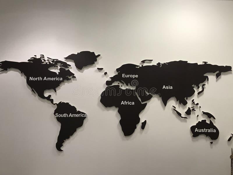 Weltkarte auf einer Wand des Holzes lizenzfreie stockfotografie