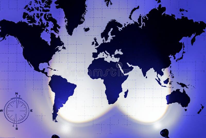 Weltkarte mit dem Bild von Ländern und von Kontinenten auf der Wand mit Licht lizenzfreie stockfotografie
