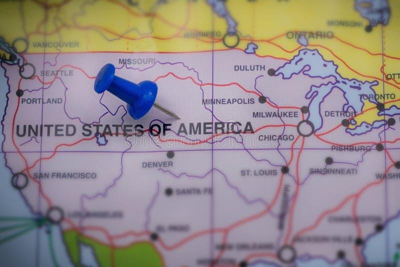Weltkarte- und Flaggenfokus auf Amerika stockfoto