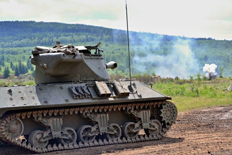 Weltkriegbehälter US zweiter, der in der historischen Kampfrekonstruktion - Armee und Wehrtechnikdemonstrationen kämpft stockfotos