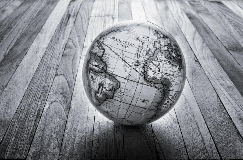Weltkugel-Holz-Hintergrund stockfotos