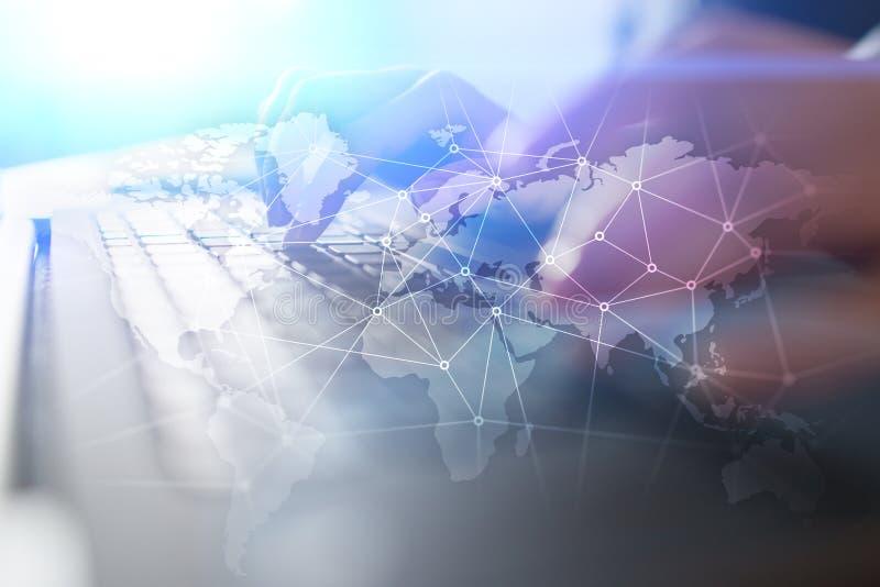Weltweites Netz auf virtuellem Schirm Weltkarte und Ikonen Hintergrund der blauen Farbe Social Media und globale Kommunikation stockfotografie