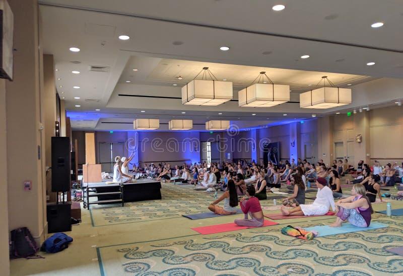 Welvaart, Overvloed & Succes het Onderwijs van Kundalini-Yogaklasse met Myrah Penaloza royalty-vrije stock foto's