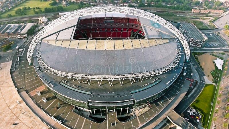 Wembley Stadium en Londres Foto de la visión aérea que vuela sobre arena icónica del fútbol imagenes de archivo
