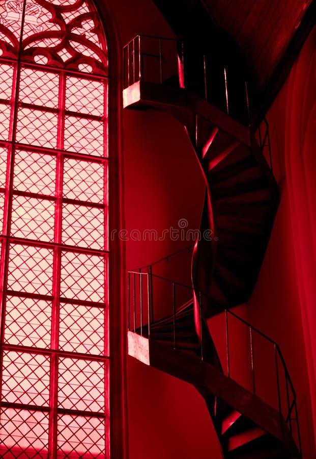 Wendeltreppe und Fenster in der roten Kirche in Amsterdam stockbild