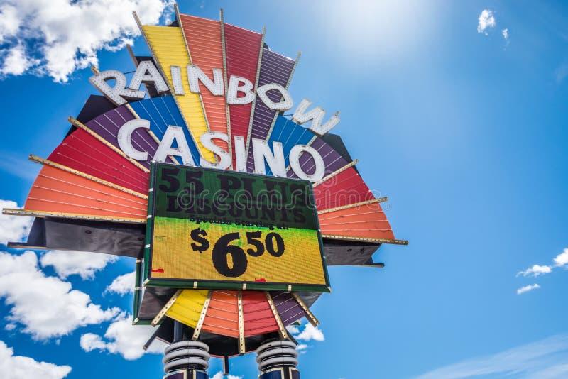 WENDOVER OCIDENTAL, NEVADA: Um sinal para o casino do arco-íris em luzes de néon brilhantes anuncia seus specials para idosos fotografia de stock
